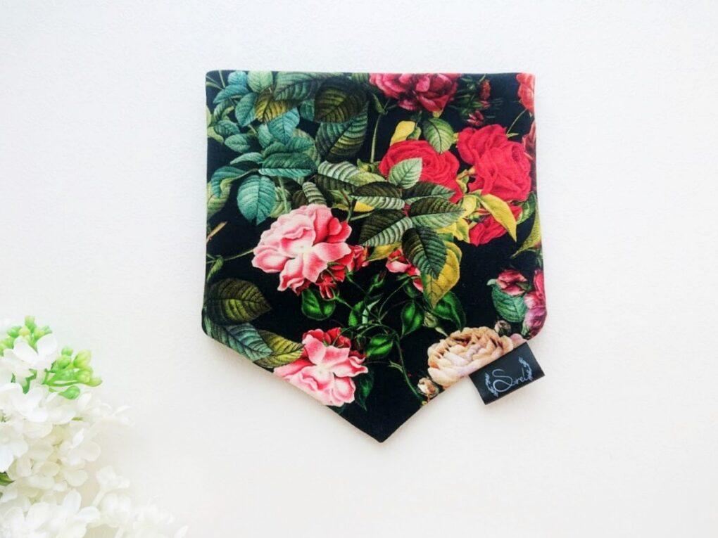 Must punaste roosidega Blossom puuvillane tüdrukute kolmnurksall kevadeks ja sügiseks