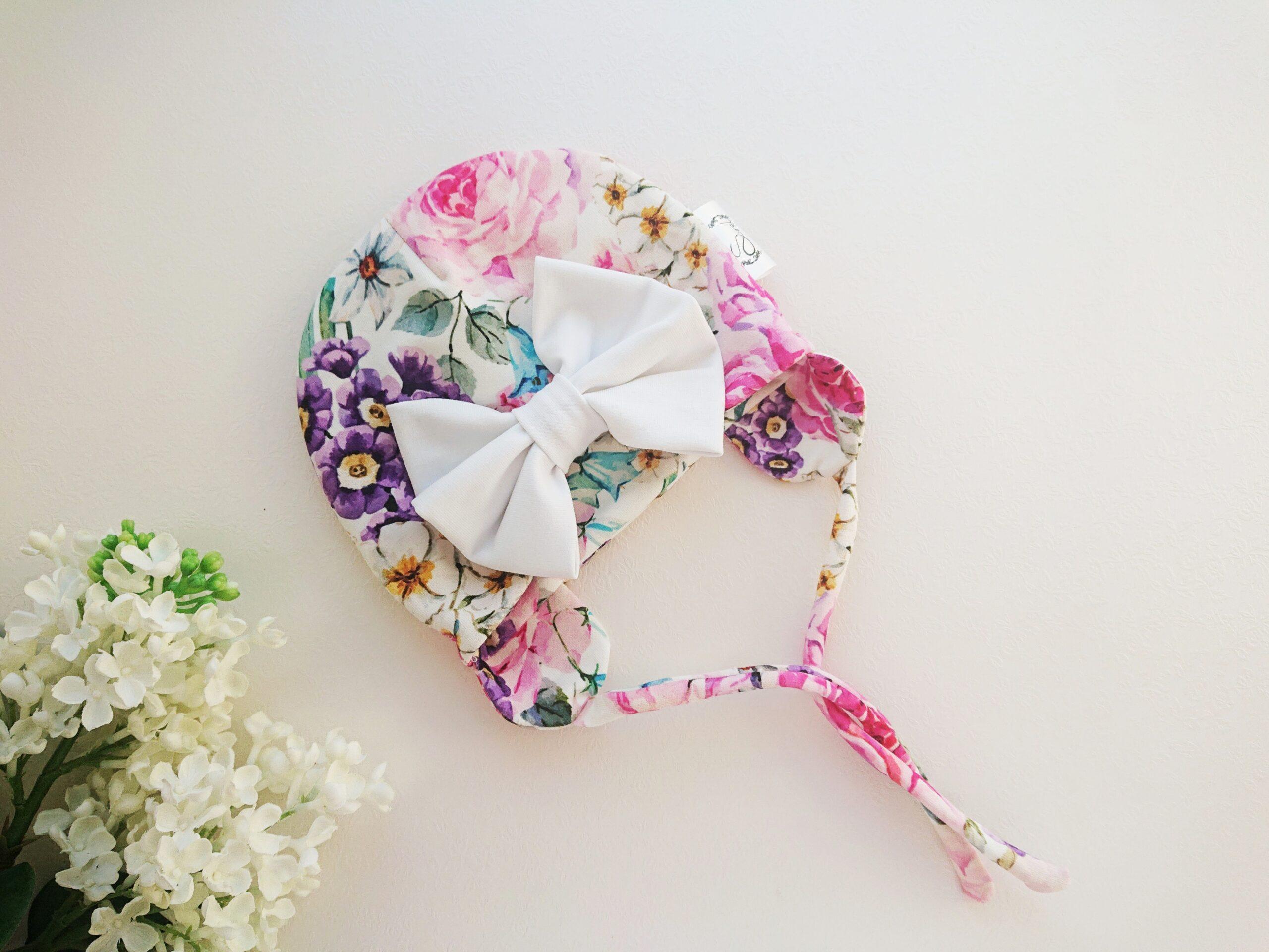 Tüdrukute lilleline suure valge lipsuga kevadmüts / sügismüts