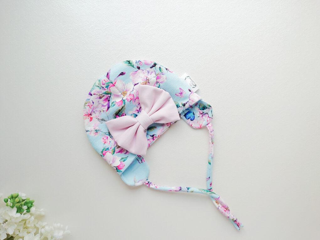 Tüdrukute helesinise ja roosakirju suure lipsuga kevadmüts / sügismüts
