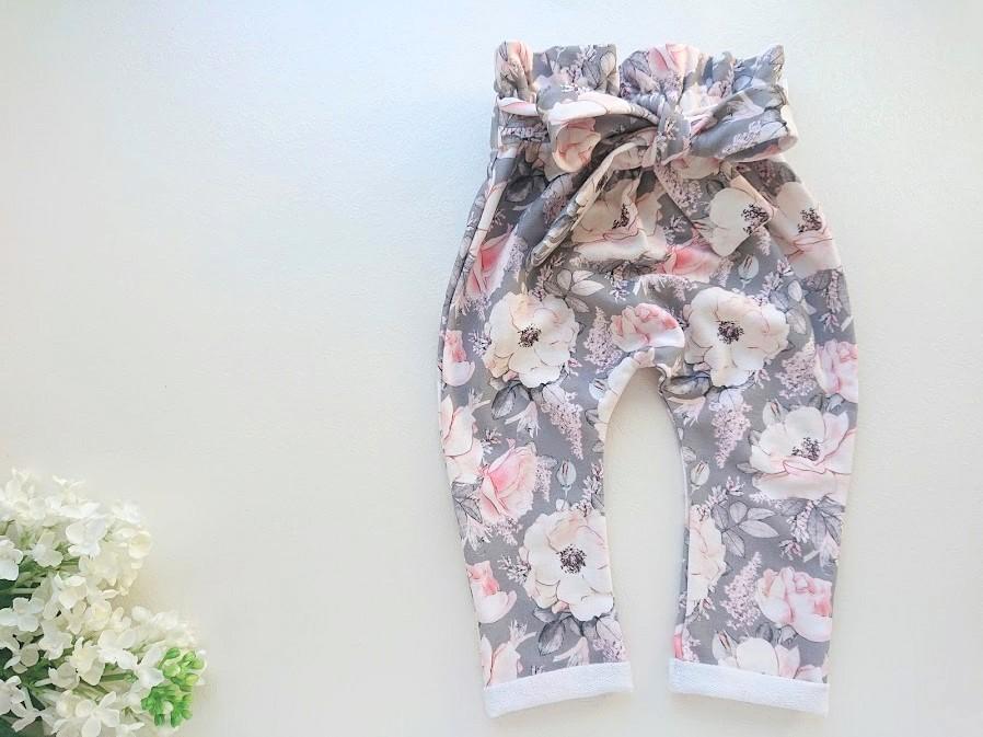 Hallid roosidega kõrge pihaosga eest seotavate paeladega tüdrukute pükisd beebipüksid