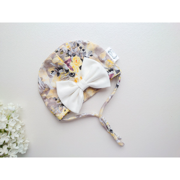 Tüdrukute kollane ja valge suure lipsuga suvemüts
