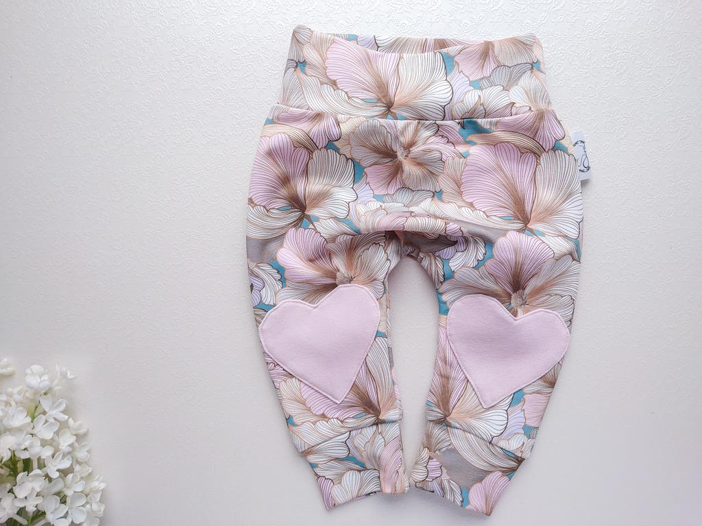 Roosa-beežiga-beebipüksid-südametega-rahulikkudes-toonides-pastelsete-värvidega-beebipüksid-topeltsuuruses-dressikomplekt-dressipluusiga-käsitöö1