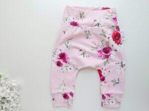 Heleroosad lillelised tüdrukute beebopüksid